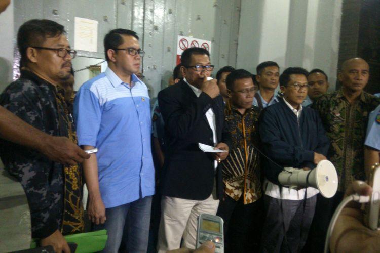 Tim Pansus Hak Angket KPK memberikan pernyataan kepada awak media di Lapas Sukamiskin, Bandung, Jawa Barat. Kamis (6/7/2017)