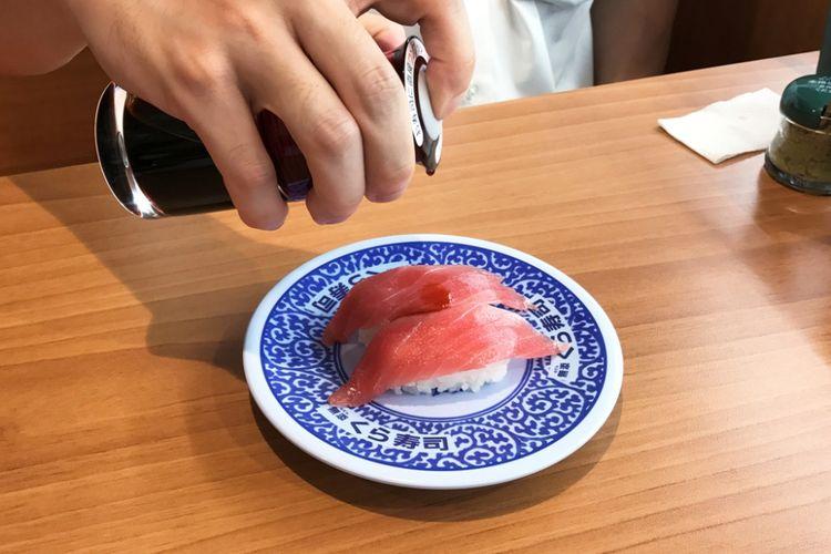 Anda boleh saja menuang kecap di atas sushi.