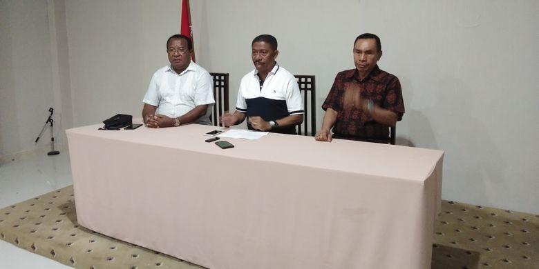 Bupati Ende Marsel Petu (Tengah) bersama Wakil Bupati Djafar Ahmad (Kanan), saat memberikan keterangan pers di Hotel Sasando Kupang, Nusa Tenggara Timur, Sabtu (6/4/2019).