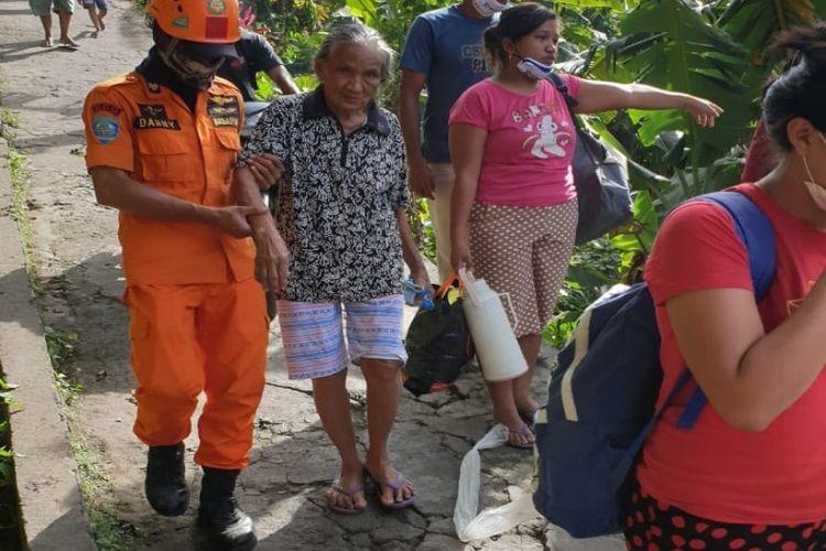 Tim SAR saat membantu evakuasi warga