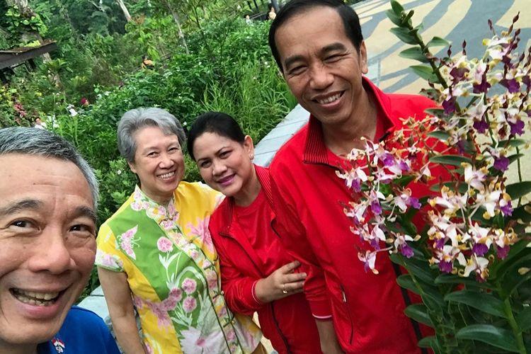 Perdana Menteri Singapura Lee Hsien Loong, istri Ho Ching, Presiden Indonesia Joko Widodo serta istri Iriana Widodo terlihat senyum sumringah di foto selfie dari Kebun Raya Singapura, Kamis pagi (7/9)