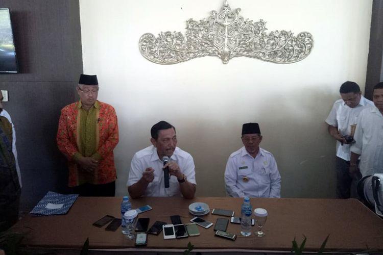 Menko Bidang Kemaritiman Luhut Binsar Panjaitan didampingi Gubernur Malut Abdul Gani Kasuba, dan Wali Kota Tidore Ali Ibrahim di Hotel Grand Daffam Kota Ternate, Sabtu (16/03/2019)