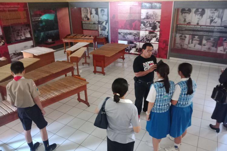 Wisatawan anak sekolah sedang dipandu berkunjung ke Museum Perjuangan Sulawesi Utara, Sabtu (31/8/2018).