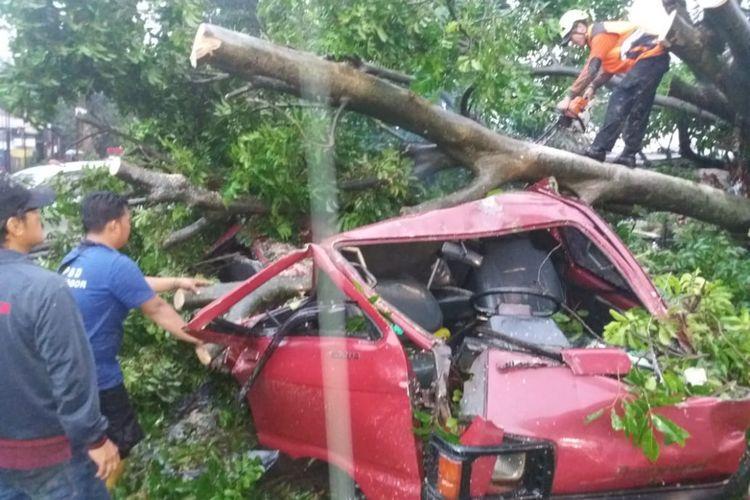 Angin puting beliung yang melanda wilayah selatan Kota Bogor, Jawa Barat, Kamis (6/12/2018) sekitar pukul 15.00 WIB, menyebabkan satu orang tewas.
