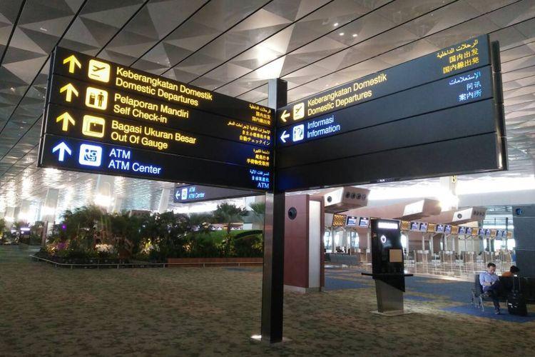 Papan petunjuk di Terminal 3 Ultimate, Bandara Internasional Soekarni-Hatta tertulis dalam 5 bahasa untuk memudahkan penumpang, Kamis (27/04/2017).