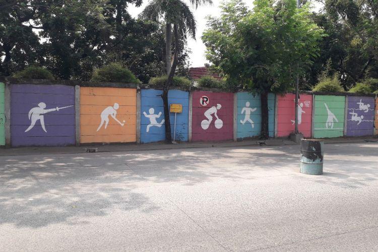 Mural bergambar cabang olahraga Asian Games menghiasi tembok di sepanjang Jalan Patangtritis, Pademangan, Jumat (13/7/2018).