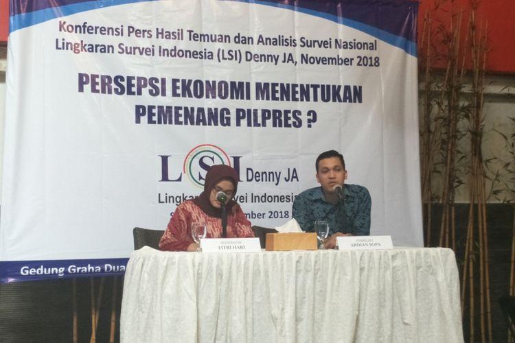 Peneliti Lingkaran Survei Indonesia (LSI) Denny JA, Ardian Sopa, saat memaparkan hasil survei di kantor LSI, Jakarta Timur, Selasa (27/11/2018).