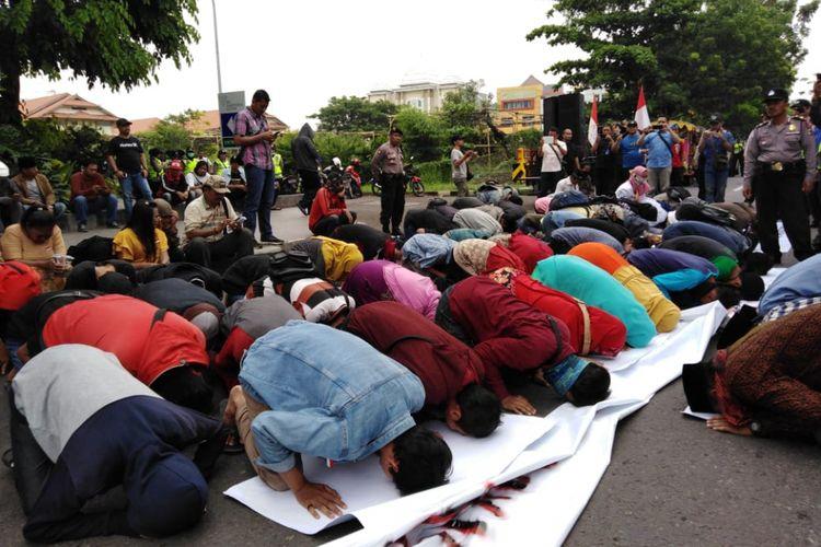 Massa aksi melakukan sujud di depan kantor Konjen Australia di Surabaya, Jumat (30/11/2018)