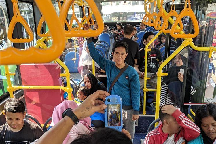 warga DKI berkunjung ke Pameran Bus Listrik Transjakarta di CFD Bundaran HI pada Minggu (5/4/2019)