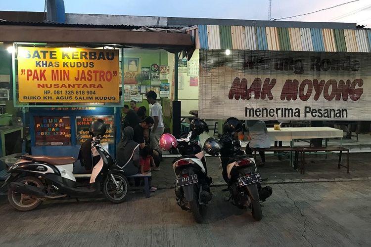 Warung Sate Kerbau Min Jastro di Ruko KH. Agus Salim, Kudus, Jawa Tengah. Sate kerbau merupakan salah satu makanan khas Kudus.
