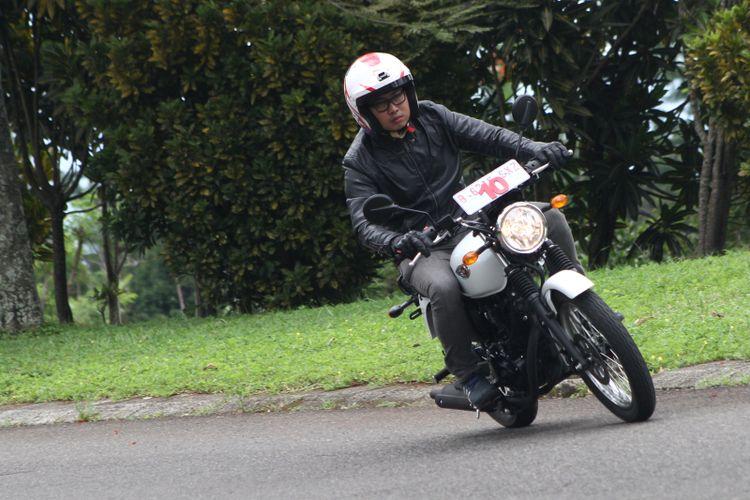 Ilustrasi pengendara motor.