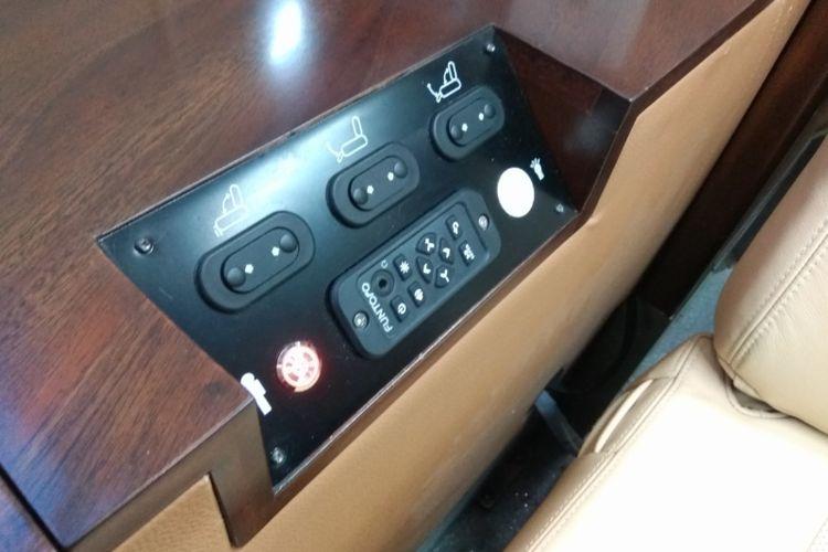 Tombol otomatis pengatur kursi di sleeper train.