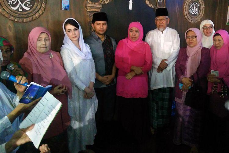Pasangan Khofifah Indar Parawansa dan Emil Elestianto Dardak, saat silaturahim ke rumah KH Robbach Maksum, Jumat (2/2/2018).