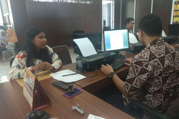 Nora Destiliya (31) saat membuat laporan di Polresta Palembang, lantaran disiksa oleh anak tirinya sendiri