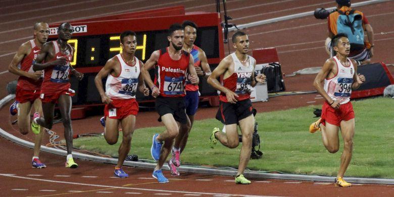 Pelari memacu kecepatan saat Final nomor lari 10.000 m putra Asian Games 2018 di Stadion Gelora Bung Karno, Senayan, Jakarta Pusat, Minggu (26/8/2018). Hassan Chani mencapai finish diurutan pertama dengan catatan waktu tercepat 28.35.54. Keywords