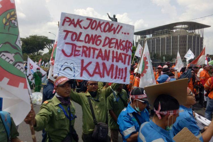 Aksi massa di depan kantor gubernur Riau, Jalan Jenderal Sudirman, Pekanbaru.