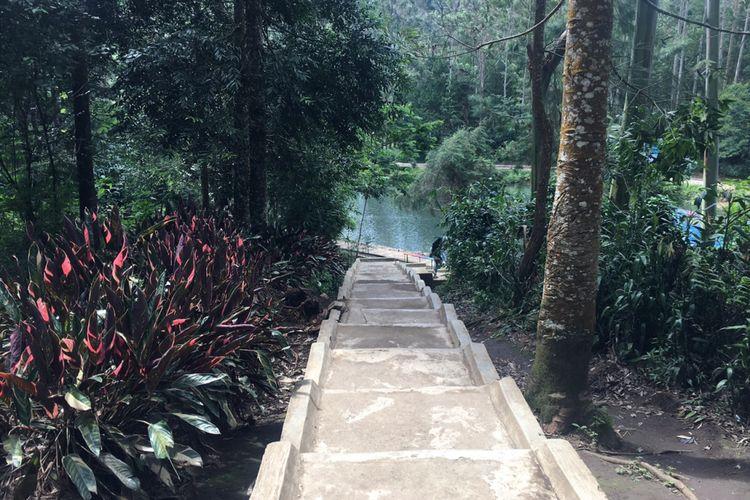 Tangga menuju obyek wisata Situ Cisanti di Bandung, Jawa Barat, Senin (25/12/2017).