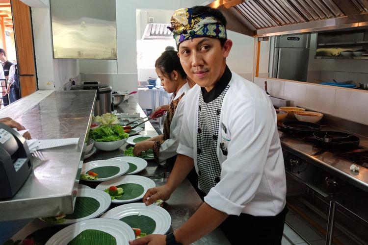 Galuh Gandamana (30), Head Chef di resto Bebek Tepi Sawah di Ciloto, Puncak, Cianjur, Jawa Barat sedang mempersiapkan hidangan, setelah resmi dibuka, Minggu (15/4/2018).(KOMPAS.com/MUHAMMAD IRZAL ADIAKURNIA)