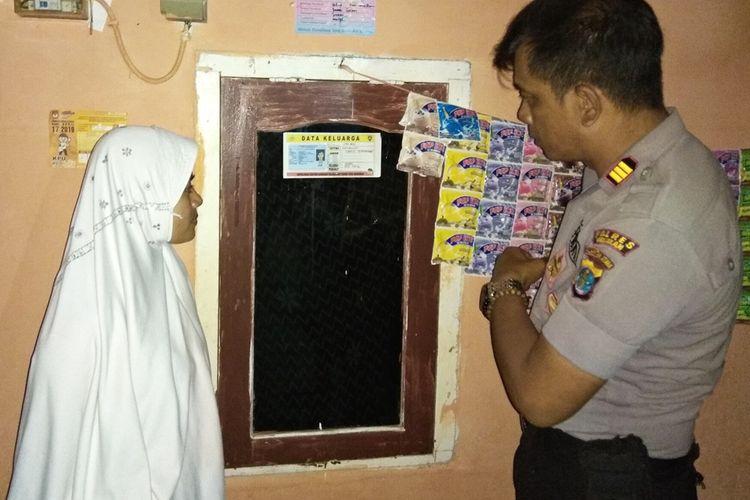 Kapolsek KSKP Tunontaka Nunukan AKP Iberahim Eka Berlin ketika melakukan kunjungan ke rumah salah satu warga yang telah memasang kartu penghuni rumah.
