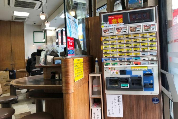 Sebenarnya mesin tiket juga disediakan di dalam restoran.