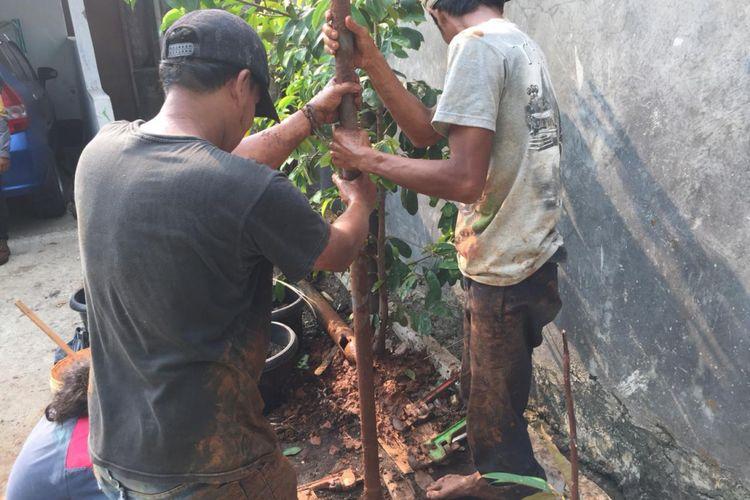 Salah satu warga yang mengebor tanahnya untuk dapatkan resapan air di Rawa Geni, Kelurahan Ratu Jaya, Kecamatan Cipayung, Senin (1/10/2018).