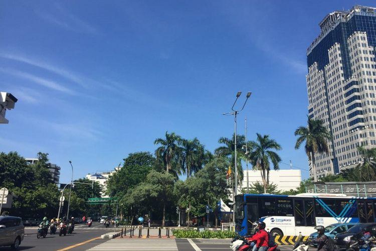 Tampak langit biru di Jakarta tanggal 2 Januari 2019.