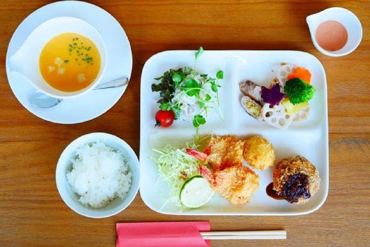 Mixed Fry Set Meal yang dilengkapi dengan minuman dan makanan penutup seharga 1.100 yen ditawarkan dengan porsi terbatas setiap harinya.