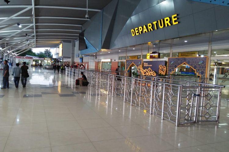 Mahalnya harga tiket yang dimulai awal tahun hingga jelang lebaran, pergerakan pesawat dan penumpang yang di Bandara Internasional Sultan Hasanuddin Makassar sepi. Pergerakan pemudik lewat jalur udara ini terlihat hingga H-5 hari raya Idul Fitri 1440 H, Jumat (31/5/2019).