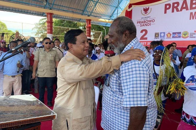Calon presiden nomor urut 02 Prabowo Subianto sempat memberikan baju safari yang ia kenakan ke salah satu tokoh masyarakat Papua, Jhon Gluba Gebze, sebagai kenang-kenangan.  Hal itu terjadi pada saat Prabowo berkampanye di lapangan Mandala, Kabupaten Merauke, Papua, Senin (25/3/2019).