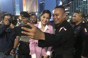 Kirana Larasati Bagi-bagi Takjil untuk Anggota Brimob di Bundaran HI