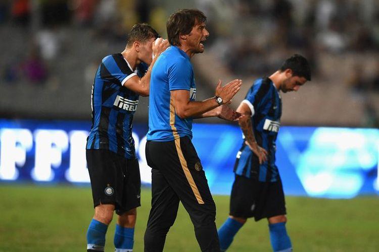 Antonio Conte saat sedang memberikan motivasi kepada para pemain Inter Milan dalam laga uji coba kontra PSG, di Makau, Sabtu (27/7/2019).
