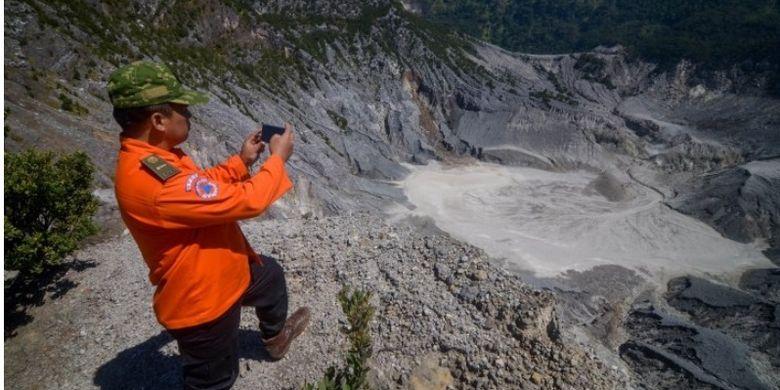 Petugas BPBD Kabupaten Bandung Barat melakukan pengamatan di Kawah Ratu Gunung Tangkuban Parahu, Kabupaten Bandung Barat, Jawa Barat, Selasa (23/7/2019).