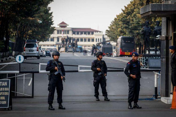 Sejumlah petugas berjaga pasca kerusuhan di Mako Brimob, Depok, Jawa Barat, Rabu (9/5/2018). Kerusuhan terjadi di dalam rutan yang ada di lokasi tersebut pada Selasa (8/5/2018) malam.