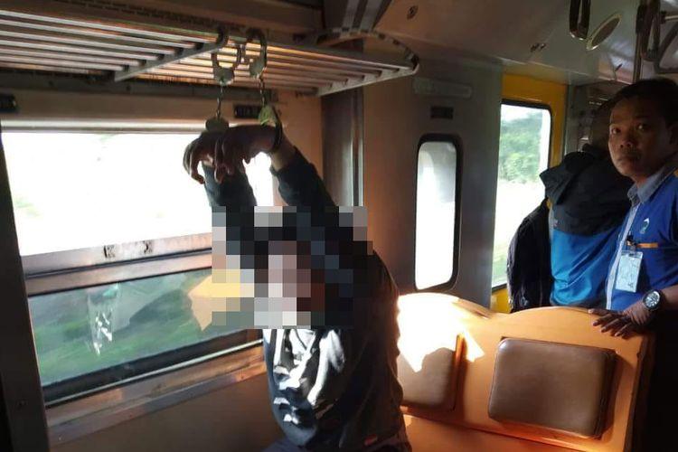 seorabf oknum mahasiswa diborgol di dalam kereta karena diduga melakukan pelecehan seksual.