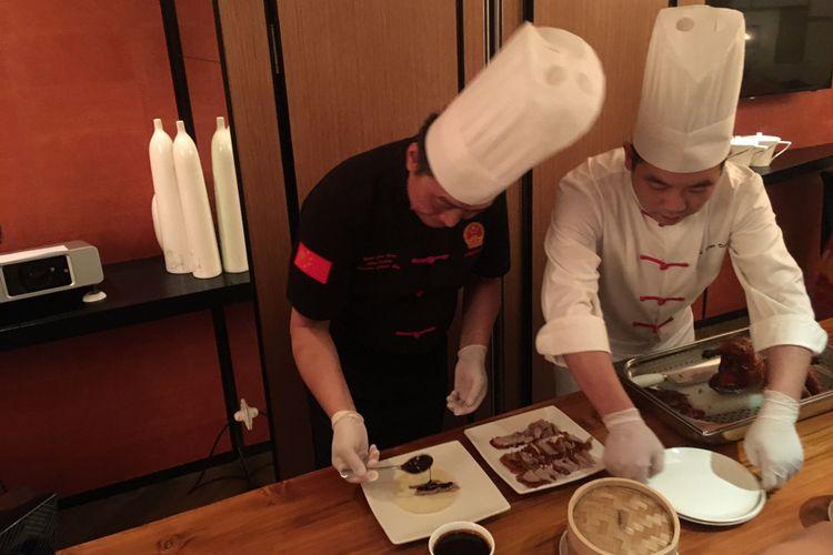 Chef Yuan Chaoying dari Kerry Hotel Beijing, perkenalkan Bebek Peking Ya Yuan di JIA, restoran China kontemporer di Shangri-La Hotel Jakarta, Rabu (29/11/2017).