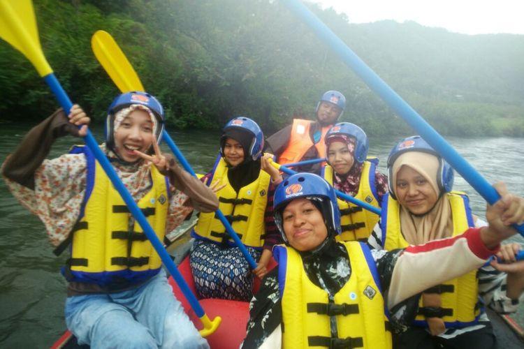 Sejumlah perempuan melakukan foto bersama saat melintasi aliran Sungai Peusangan, Takengon, Aceh Tengah, dengan menggunakan perahu karet, Minggu (12/11/2017). Mereka sedang menikmati wahana wisata Arum Jeram yang baru diluncurkan sebelumnya oleh Cabang Olahraga FAJI Aceh Tengah.