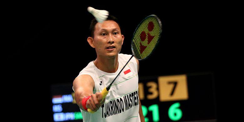 Pebulutangkis tunggal putra Indonesia, Sony Dwi  Kuncoro mengembalikan kok dari pemain Jepang, Kazumasa Sakai di Jakarta Convention Center, Jakarta, Senin (12/6/2017). Sony mengalami kekalahan, 13-21, 16-21.