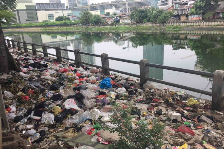 Meski terlihat bersih, dipinggir Waduk Melati, Jakarta Pusat sampah terlihat masih berserakan mengeluarkan bau tak sedap, Selasa (13/3/2018).ad