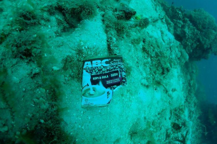 Sampah plastik ditemukan di dalam laut Kepulauan Seribu, DKI Jakarta.