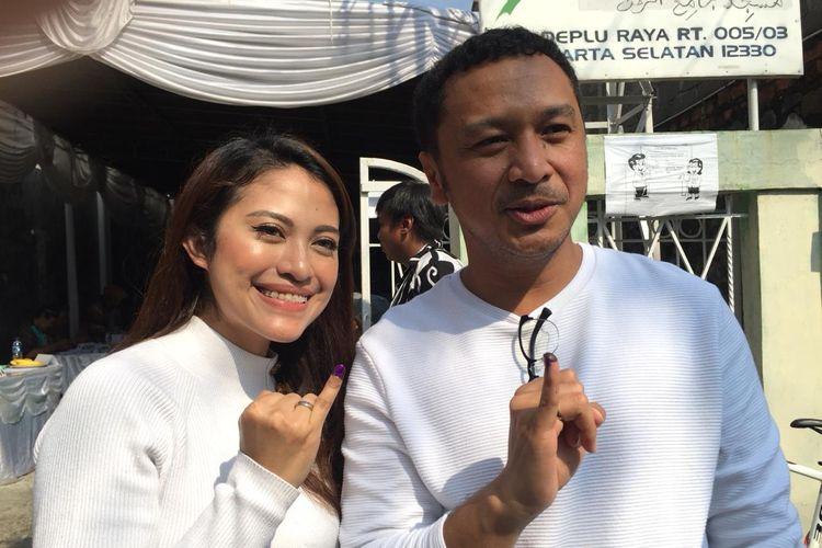 Giring Ganesha bersama istrinya, Cynthia Riza saat ditemui usai mencoblos di TPS 143 di Kebayoran lama, Jakarta Selatan, Rabu (17/4/2019).