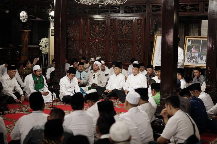 Presiden keenam RI Susilo Bambang Yudhoyono (SBY) dan keluarga menggelar doa bersama untuk mengenang wafatnya almarhumah Kristiani Herrawati atau akrab disapa Ani Yudhoyono di pendopo kediamannya, Puri Cikeas, Bogor, Jawa Barat, Senin (3/6/2019) malam.