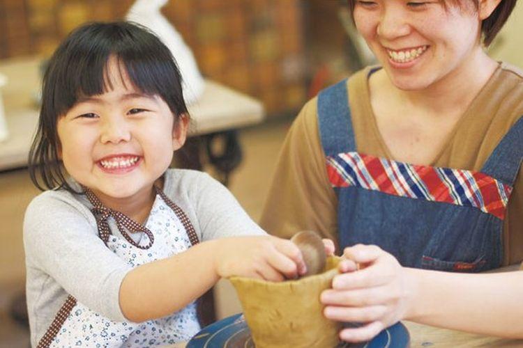 Kursus pembentukan dengan tangan berlangsung selama 90 menit. Kamu bisa membuat sebuah cangkir teh ala Jepang, mangkuk nasi, atau piring.