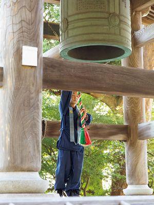 Lonceng berbunyi sebanyak lima kali setiap 30 detik dari pukul 8 pagi, dan lirih bergema di halaman kuil pada pagi hari.