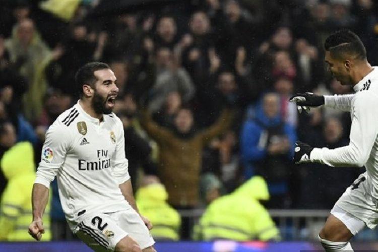 Gelandang Real Madrid Brasil Casemiro (kanan) merayakan golnya dengan bek Dani Carvajal setelah mencetak gol pada pertandingan Liga Spanyol antara Real Madrid vs Sevilla di Stadion Santiago Bernabeu pada 19 Januari 2019.