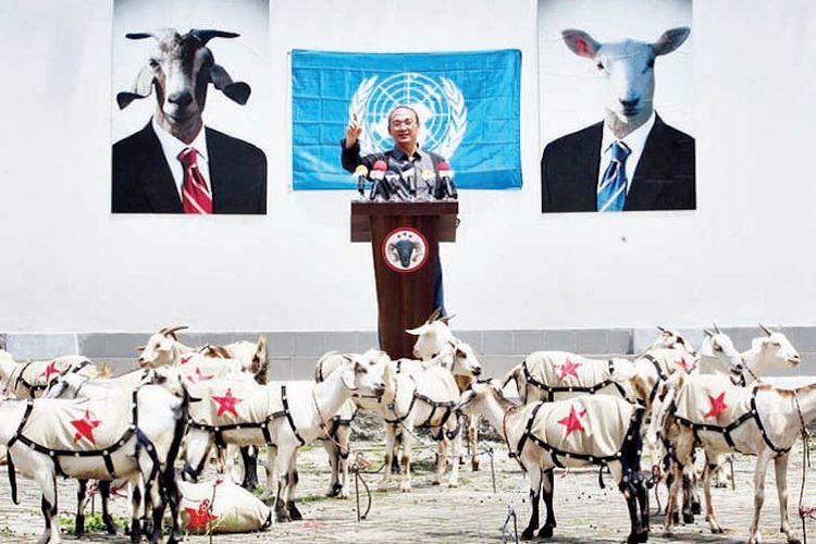 Aksi seni performance  perupa Heri Dono, berupa orasi budaya pada sekelompok kambing di Galeri Nasional (2010).  Karena manusia-manusia sudah tidak ada yang peduli pada  harkat kemanusiaannya sendiri. Foto: Usman Iskandar