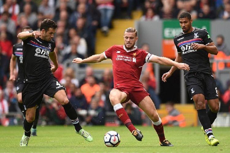 Kapten Liverpool Jordan Henderson diapit dua pemain Crystal Palace, Luka Milivojevic dan Ruben Loftus-Cheek, pada pertandingan Liga Inggris di Anfield, Sabtu (19/8/2017).