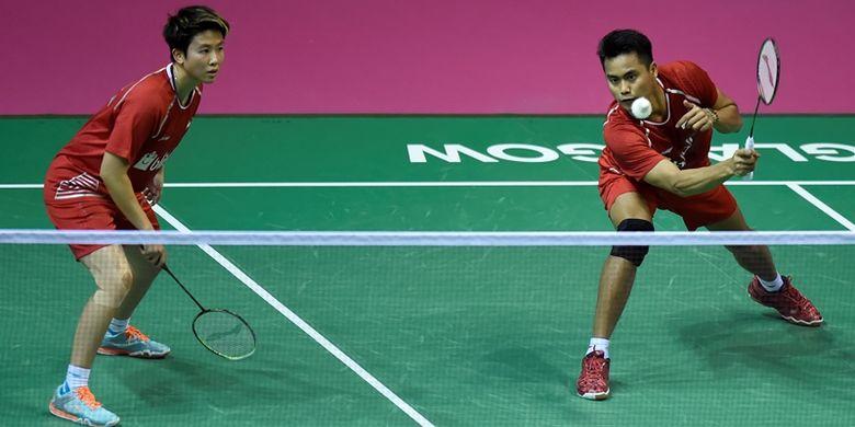 Ganda campuran Indonesia, Tontowi Ahmad (kanan) bersama Liliyana Natsir, ketika melawan pemain China, Wang Yilyu dan Huang Dongping, dalam pertandingan perempat final Kejuaraan Dunia Bulu Tangkis di Emirates Arena, Glasgow, Jumat (25/8/2017).