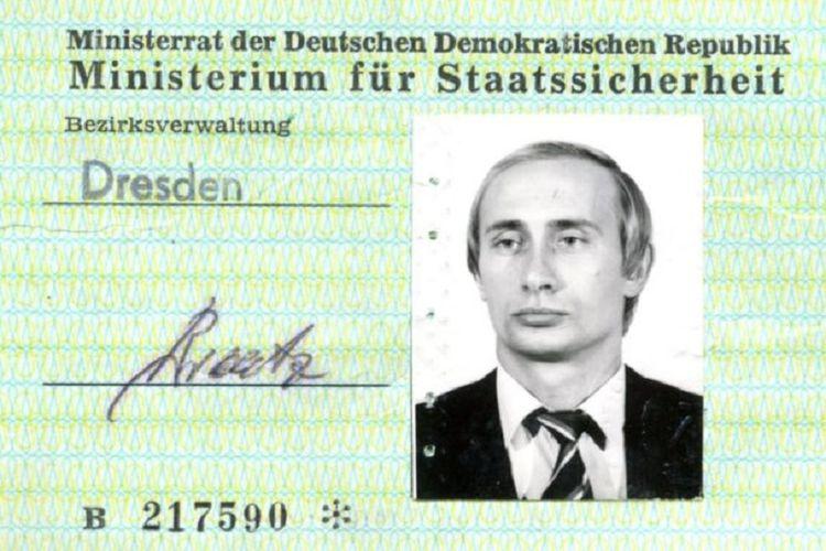 Inilah kartu tanda pengenal yang diterbitkan dinas rahasia Jerman Timur, Stasi untuk Vladimir Putin yang kala itu baru berusia 33 tahun.