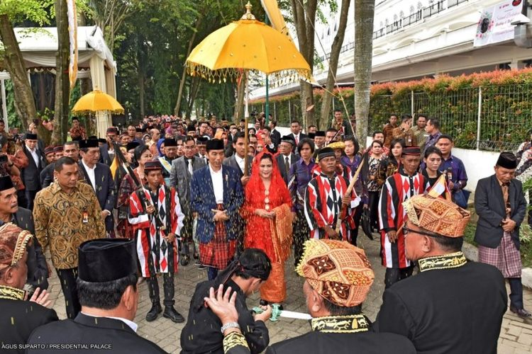 Presiden Joko Widodo dan Ibu Negara dan rombongan di arak secara adat Tapanuli Selatan untuk menuju ruangan acara pesta Adat Mandailing dalam acara ngunduh mantu resepsi pernikahannya di Medan, Sumatera Utara, Sabtu (25/11/2017).