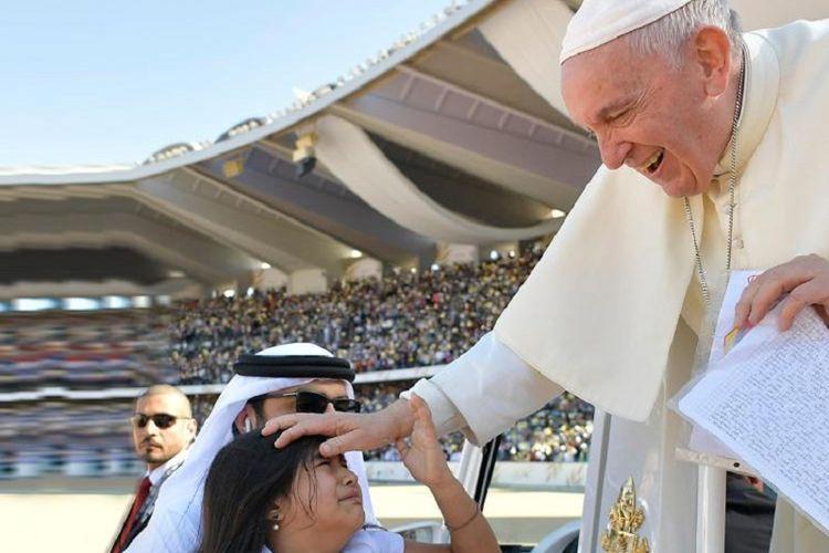 Paus Fransiskus memberkati seorang bocah yang berasal dari Kolombia saat di Abu Dhabi, Uni Emirat Arab, pada Selasa (5/2/2019). Bocah itu sengaja datang ke Abu Dhabi untuk bertemu dengan Paus.